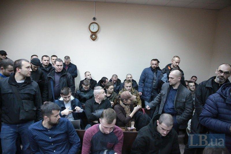 Слева - активисты Майдана, справа - группа поддержки Косенко