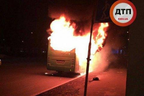 На Окружній дорозі в Києві згоріла маршрутка