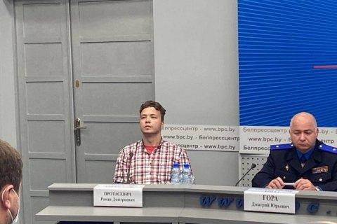 На брифинг в МИД Беларуси привели Протасевича (обновляется)