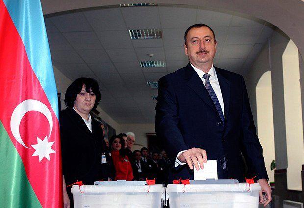 Ильхам Алиев голосует во время референдума в 2009-м