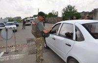 """На КПВВ """"Новотроїцьке"""" затримали українця з георгіївською стрічкою та пресою """"ДНР"""""""