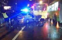 На Лісовому масиві в Києві автомобіль урізався в тролейбус, загинула людина