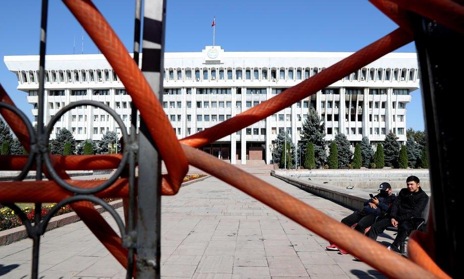 Здание правительства, известное как Белый дом, после захвата протестующими в Бишкеке, 7 октября 2020 года