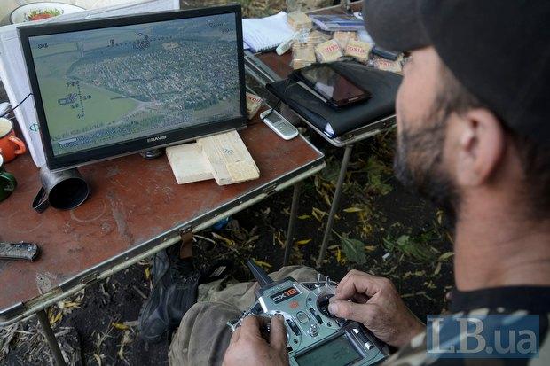 Артилеристи проводять розвідку за допомогою безпілотніка в зоні АТО