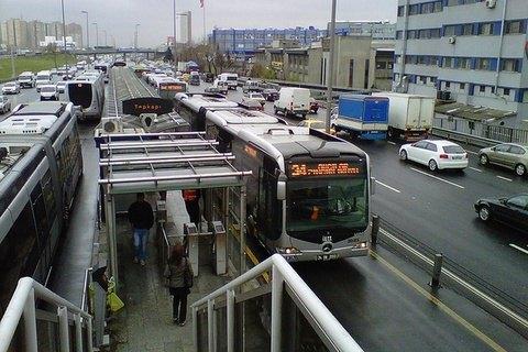 Влада Києва хоче запустити метробус на Троєщину