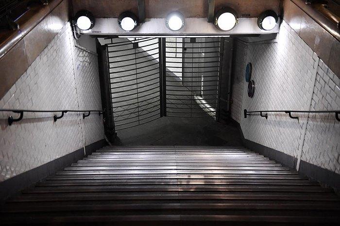 Зачинений вхід в метро Гар дю Нор, Париж, 5 грудня 2019.