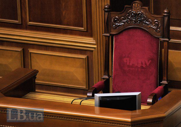 "На спинке кресла президента отпечаталось слово ""Удар"" от футболки одно из членов партии"