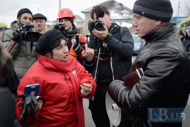 Мария Матиос общается с представителем милиции, зачитавшим активистам решение суда о запрете любых акций у Межигорья