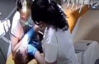 Рівненська стоматологиня, яку підозрюють у побитті дітей, не мала ліцензії (документ)