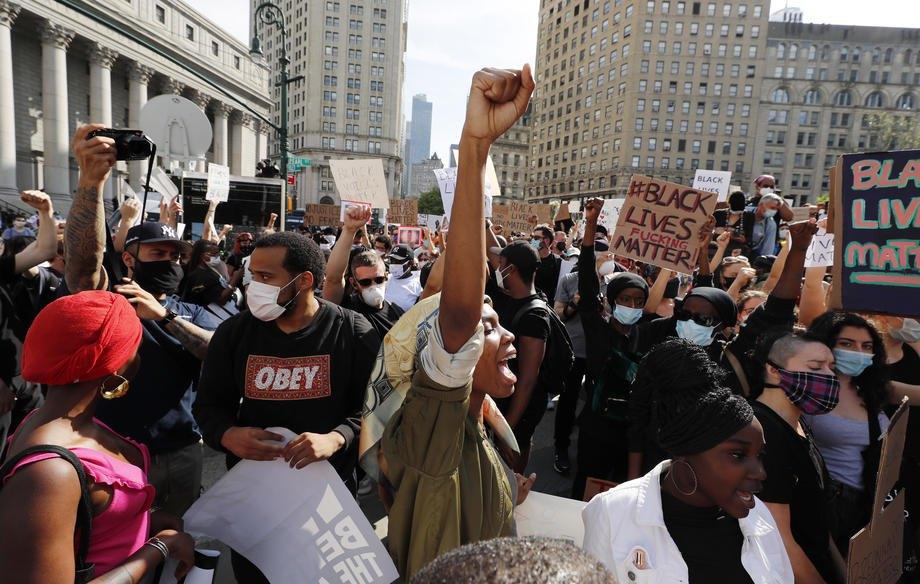 Демонстранты на площади Фоли, Нью-Йорк, 29 мая 2020.