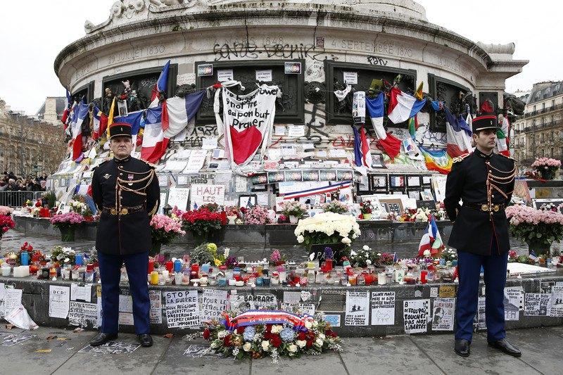 Гвардійці на площі Республіки під час церемонії вшанування пам'яті жертв терактів Шарлі Ебдо в Парижі, 10 січня 2016 р