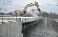 В Киеве начали демонтаж моста к скандальной стройке на Осокорках