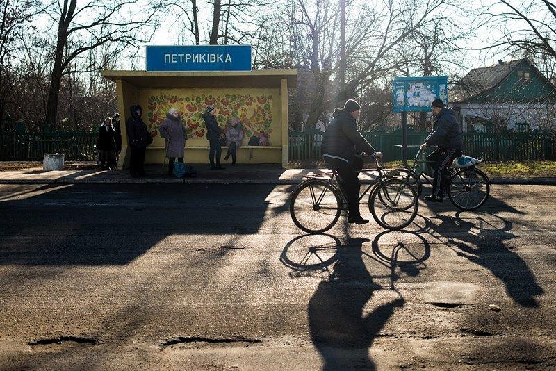 Автобусная остановка в центре Петриковки.
