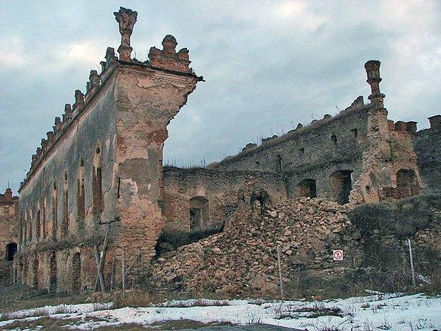 Упавшая стена дворца - памятника архитектуры XVI века, в историко-культурном заповеднике <<Меджибож>> в январе 2015 г.