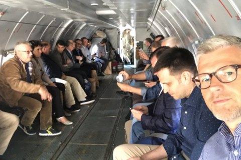 Группа украинских послов вместе своеннослужащими вылетели наДонбасс