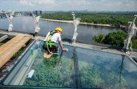 На оглядових майданчиках нового пішохідного мосту в Києві встановили скляну підлогу