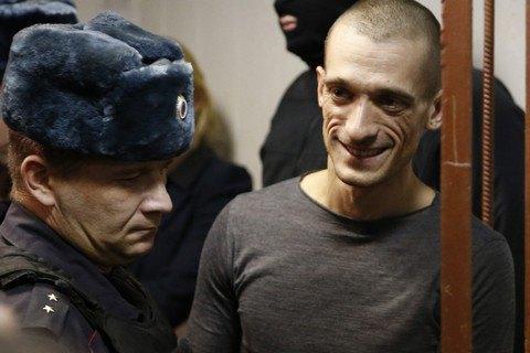 Художника Павленского отпустили на свободу из зала суда