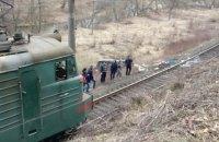 На Закарпатье микроавтобус с пассажирами съехал с обрыва на железную дорогу
