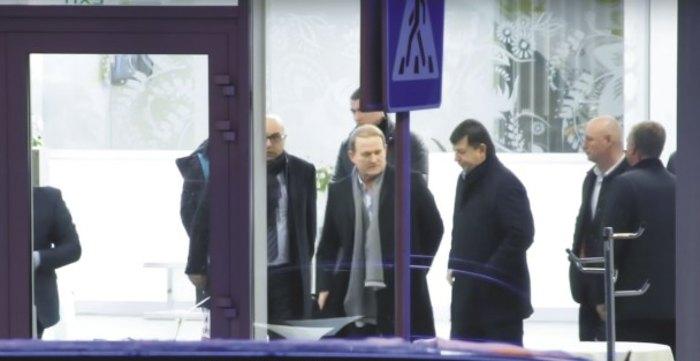 Тарас Козак и Виктор Медведчук в аэропорту Киев