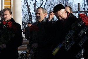 Азаров открыл в Киеве памятники двум советским военачальникам