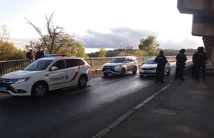 В Киеве перекрыли мост через Днепр из-за мужчины, угрожающего его подорвать