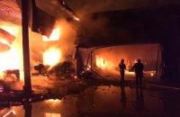 На Закарпатті у пожежі згоріли деревообробний цех та корівник, загинула людина