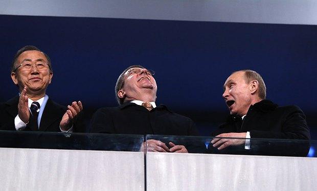 Владимир Путин чем-то очень рассмешил главу МОК немца Томаса Баха