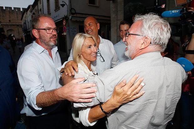 Кандидат от партии *Вперед, республика* Мари Сара (в центре) вместе со своими сторонниками, после второго раунда выборов в Национальное собрание, 18 июня 2017.
