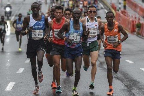 Кенійського бігуна, який лідирував у півмарафоні, на фініші збив автомобіль