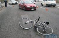 В Киеве на проспекте Воссоединения автомобиль на полной скорости сбил велосипедиста