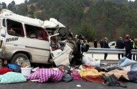В Турции микроавтобус врезался в грузовик, есть погибшие