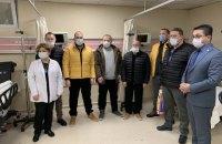 Врятованих із затонулого суховантажа моряків виписали з лікарні