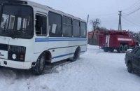 На Волыни спасатели отбуксировали из снежного заноса школьный автобус с детьми