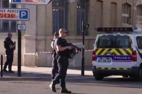 У Франції невідомий захопив заручників у банку