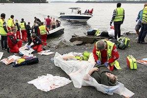 Норвежец открыл стрельбу по людям, убиты 80 человек