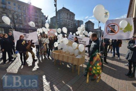 Жителі лівого берега Києва вийшли до мерії на протест проти роботи фанерного заводу