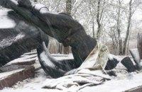 В Днепропетровской области памятник Неизвестному офицеру порезали на части