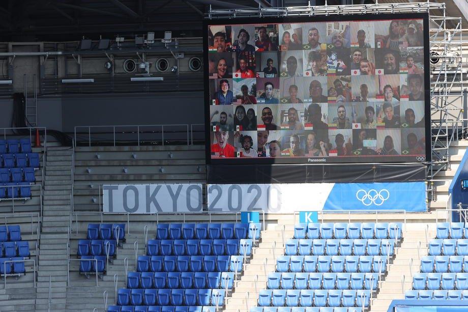 Глядачі спостерігають і підтримують спортсменів онлайн під час тенісного матчу