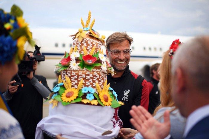 Тренера *Ливерпуля* Юргена Клоппа и его команду встречают аэропорту, Киев, 24 мая 2018.