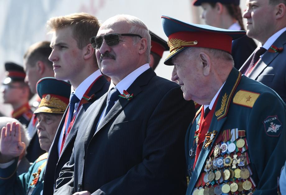 Александр Лукашенко с сыном Николаем во время Парада Победы в Москве