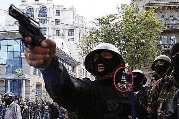 За спиною антимайданівця, котрий стріляє, стоїть Фучеджі.