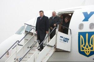 Януковича торжественно встретили в одесском аэропорту