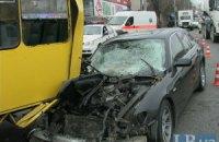 """ДТП в Киеве: BMW вытолкнул маршрутку на тротуар и в столб. Понадобилось 8 """"скорых"""""""