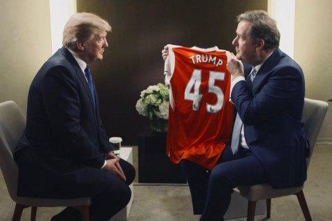Британский корреспондент предложил Трампу возглавить Арсенал иподарил ему именную футболку клуба