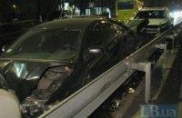 В Киеве женщина за рулем внедорожника Mercedes разбила маршрутку и три припаркованных авто