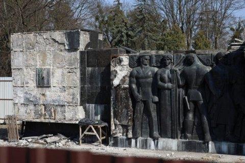 Во Львове начали демонтаж барельефов Монумента славы