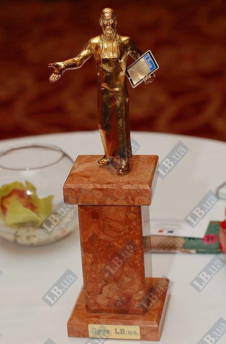 Памятная статуэтка от LB.ua: первопечатник Иван Федоров держит в руках iPad