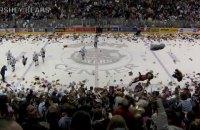 """В АХЛ побили """"світовий"""" рекорд за кількістю кинутих на лід плюшевих іграшок"""