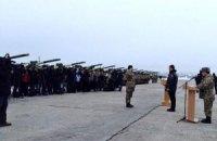 Порошенко передал военным 100 единиц военной техники
