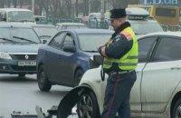 Через необережний маневр на бульварі Перова у Києві автомобіль викинуло на тротуар